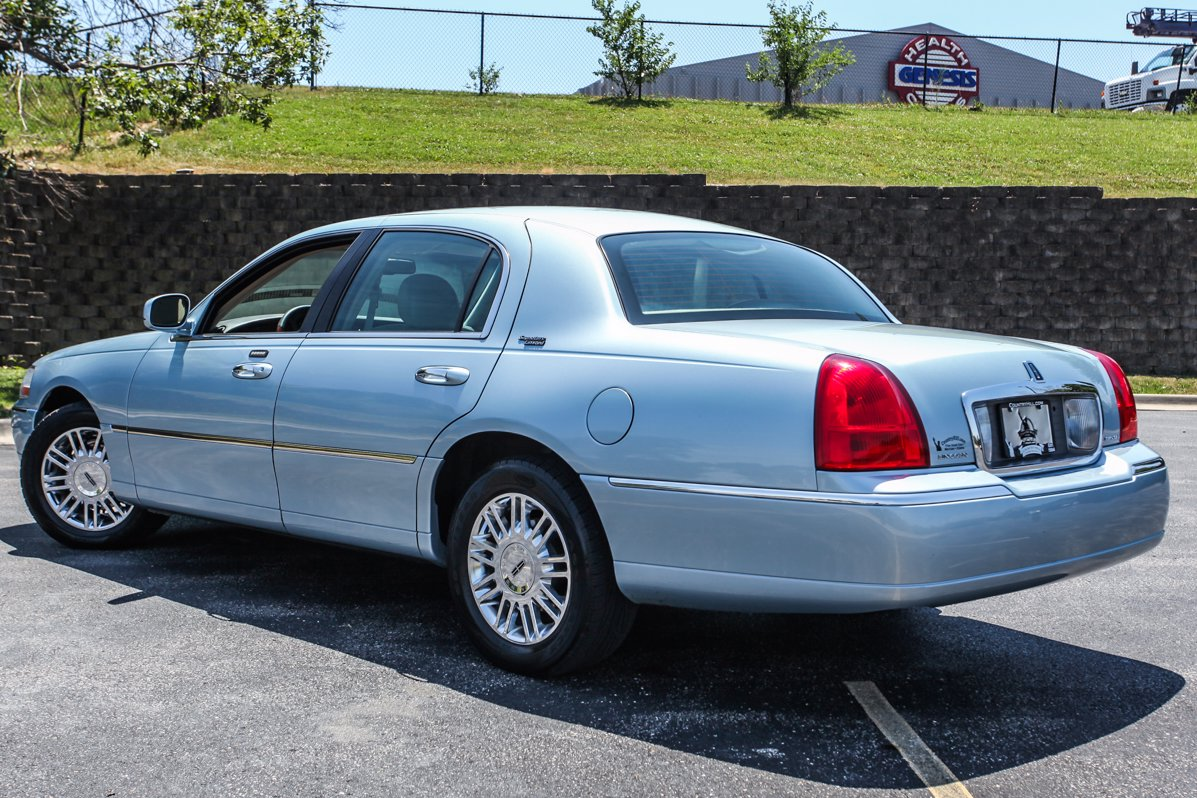 Pre-Owned 2009 Lincoln Town Car Signature Limited